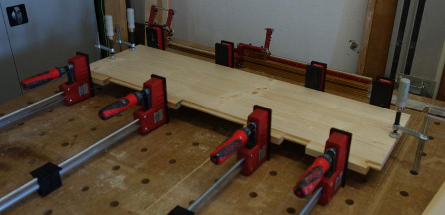 Zwei Bretter verleimen zum Vorbereiten auf der CNC-Fräse