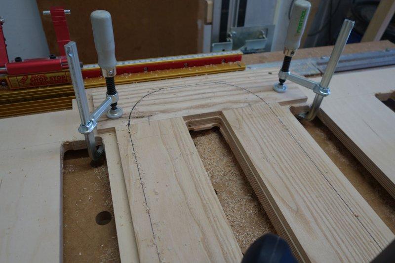 Aufgrund der Holzstärke erfolgt das Fräsen in mehreren Stufen
