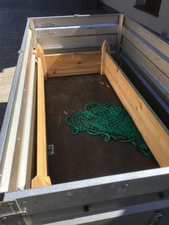 Die fertige zusammengebaute Umrandung wurde mit dem PKW-Anhänger transportiert