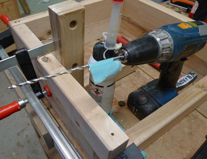 Variante 1: Mit einem längeren Bohrer wird das Bohrloch nachgebohrt