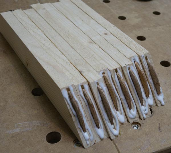 Verstärkungsrahmen-Teile mit Leim versehen