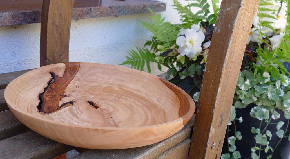 Verworfene Schale aus Apfelholz