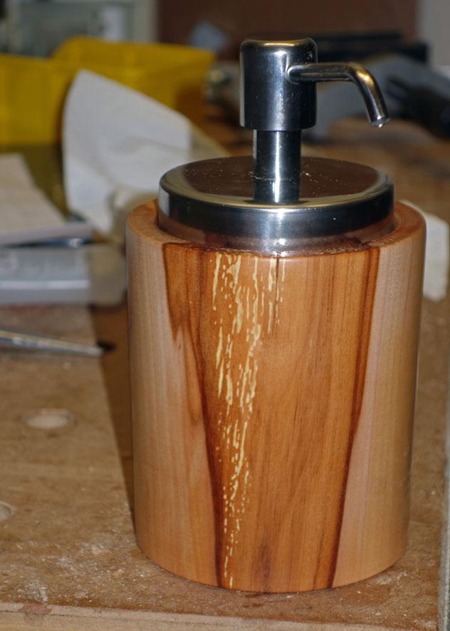 Seifenspender aus Apfelholz