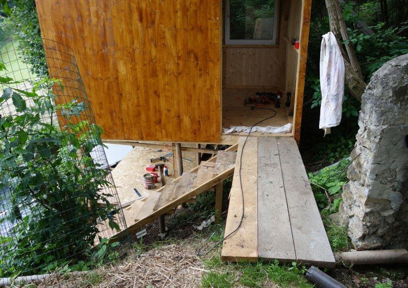 Hüttenzugang mit Holzstiege