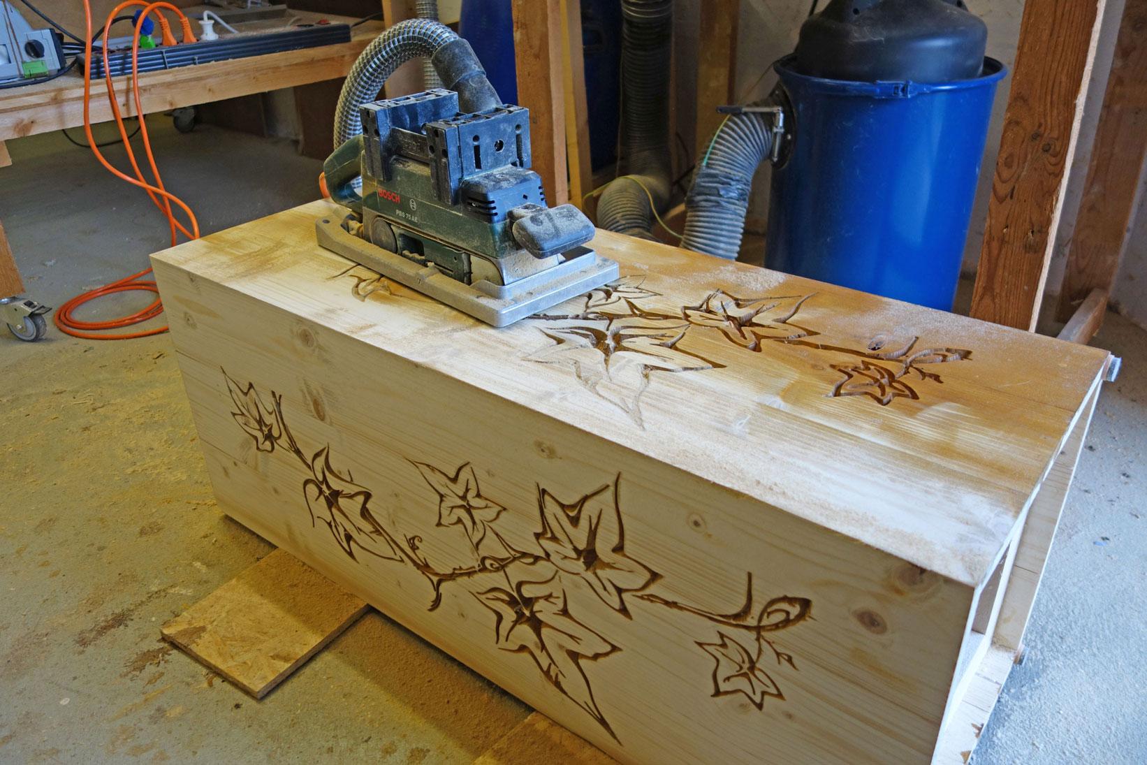 Beize von der Holzsäule abschleifen