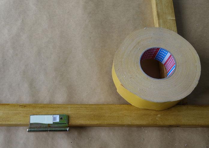 Das Gegenstück vom Scharnier mit doppelseitigem Klebeband versehen