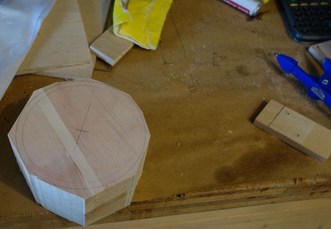 Geleimter Zirbenrohling mit Bandsäge vorbereitet