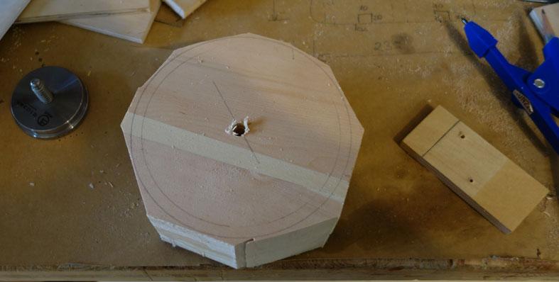 8mm Loch in der Mitte um es auf der Drechselbank aufnehmen zu können