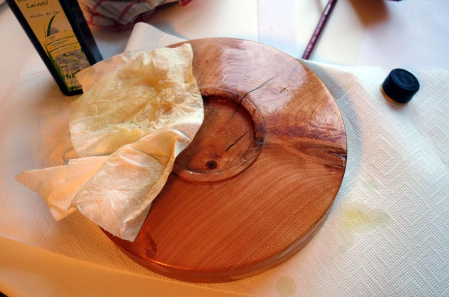 Teller aus Kirschholz mit Leinöl einölen2