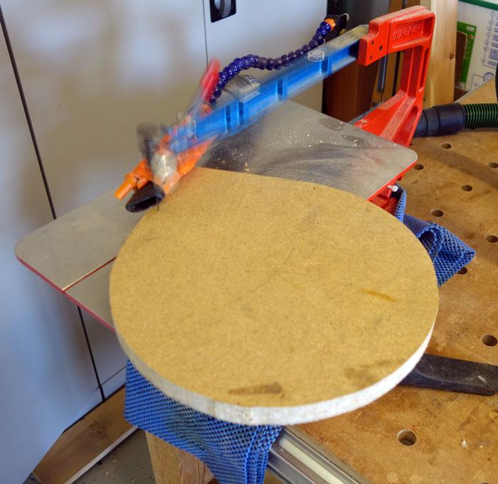 Kreis auf der Dekopiersäge ausgeschnitten