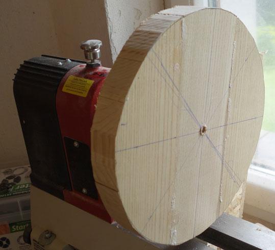 Mittels Bandsäge den Kreis grob ausgeschnitten und den Rohling eingespannt