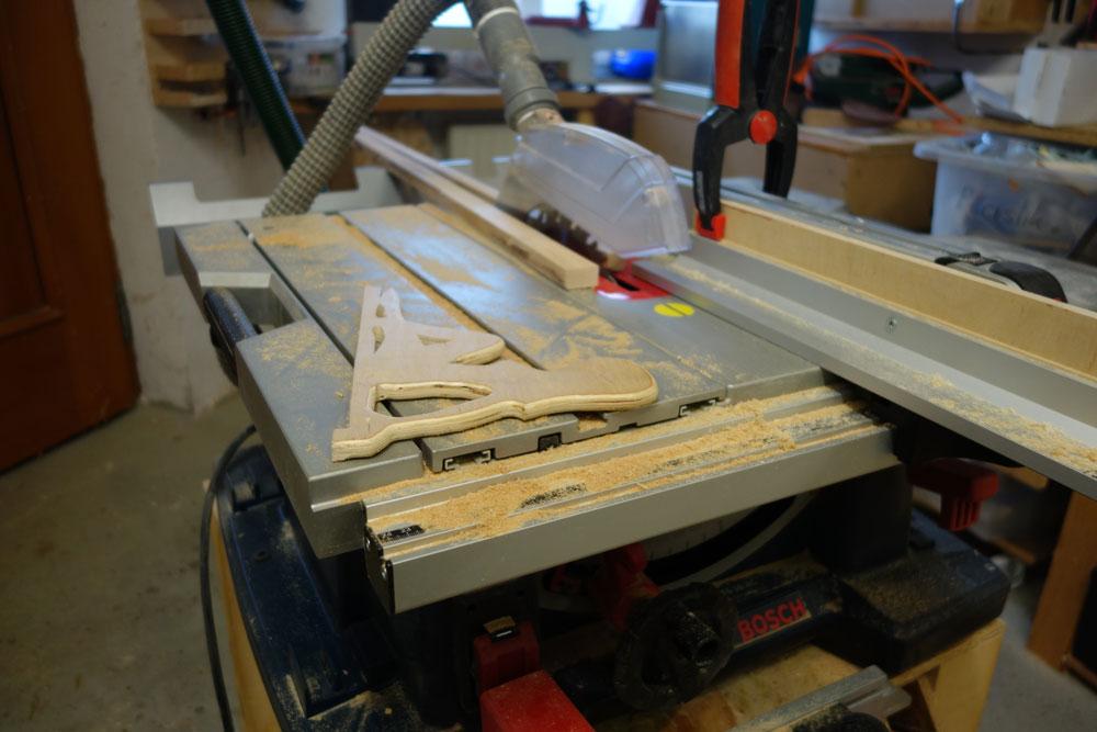 Zuschneiden von den schmalen seitlichen Abdeckleisten (18x18mm)