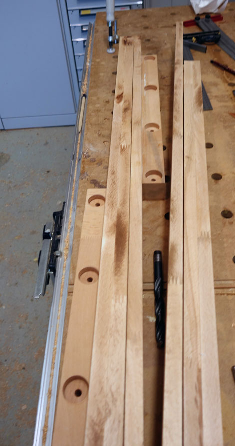 Übersicht über die Befestigungskanteln mit den versenkten Löchern