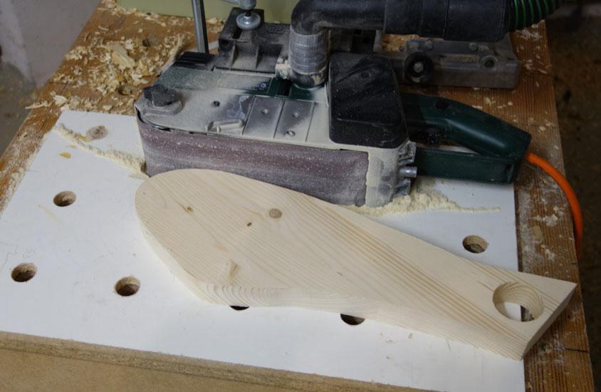 Nun die Teile an der Oberfläche und an den Kanten vor dem Zusammenbau fein geschliffen