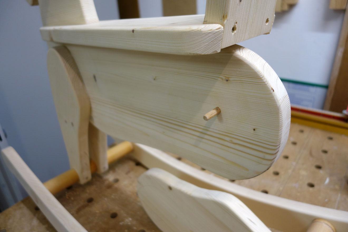 Zur Stabilisierung Holzdübel für die Füße