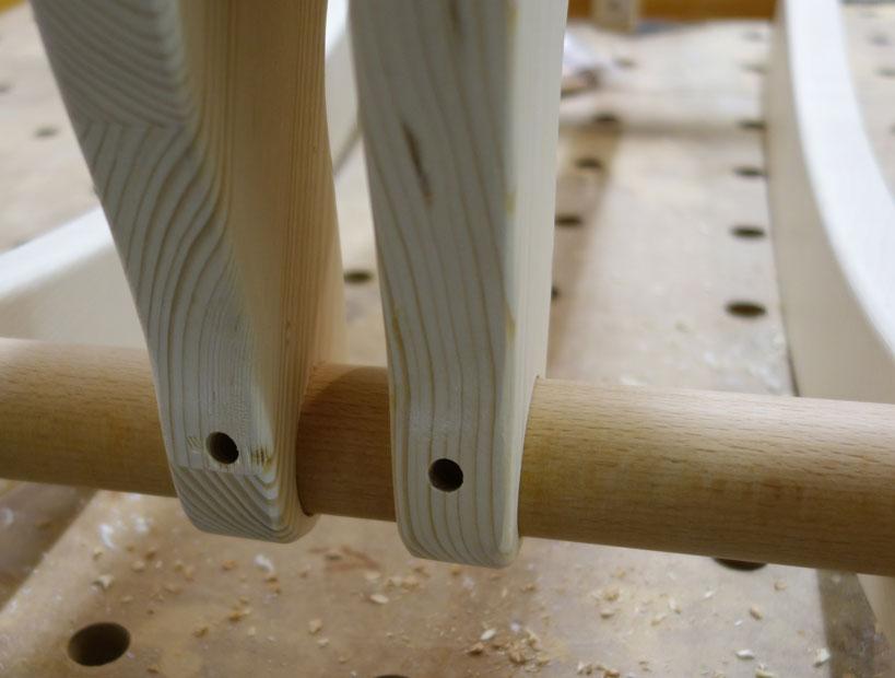 Löcher am Rundstab bei den Hinterfüßen angebohrt