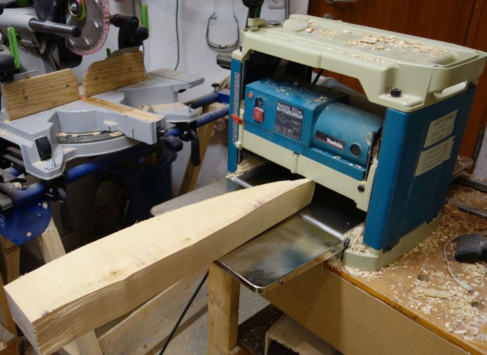 Ahornholz für die späteren Schutzbügel hobeln