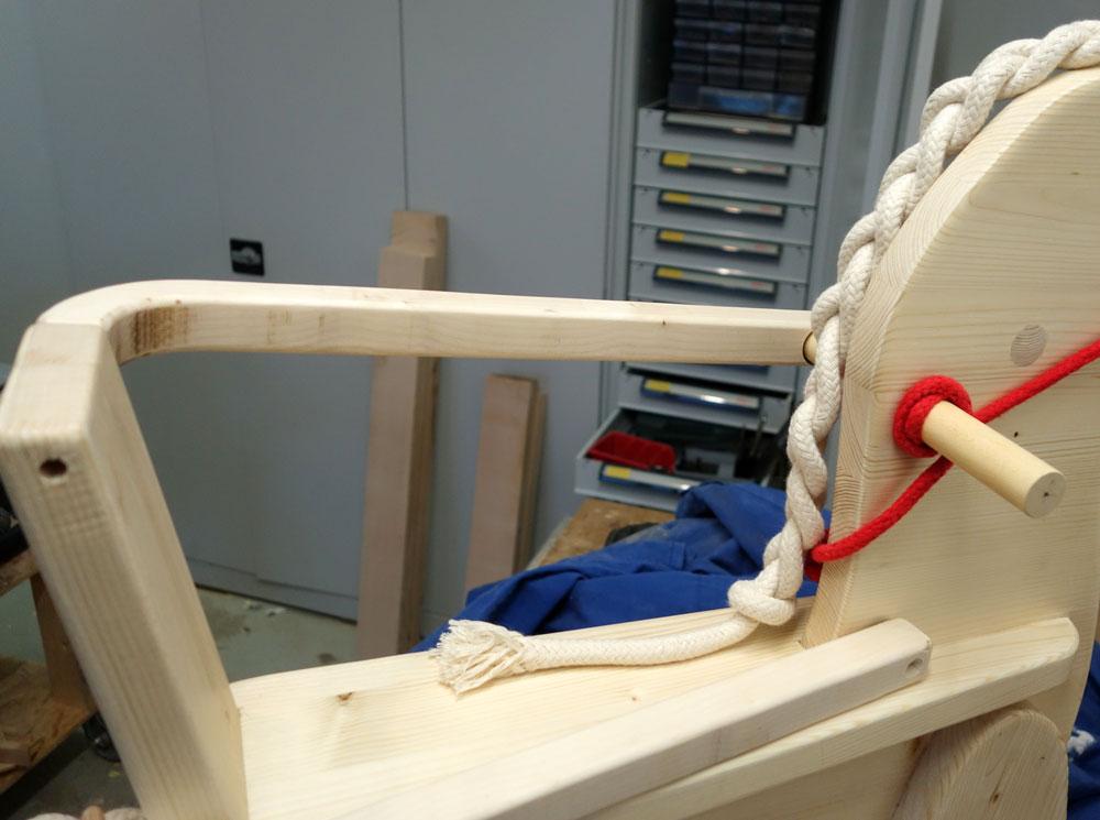 Bügel an linker Seite befestigt (verschraubt und verleimt)