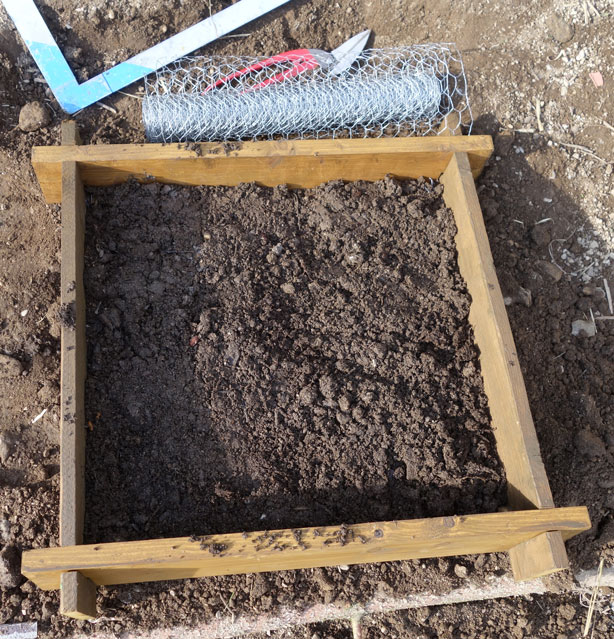 Auf den Karton kommt eine Lage guter Kompost vermischt mit sonstiger humoser Erde