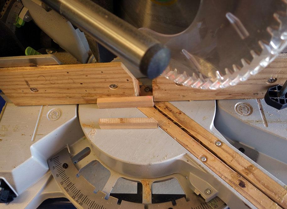 Für die Rückwand wurden die Holzleisten mit 45 Grad angepasst