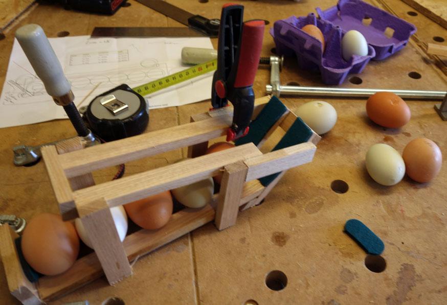 """Damit die Eier beim """"Wendepunkt"""" nicht heraus fallen können sind links und rechts Anschlagleisten von Nöten"""