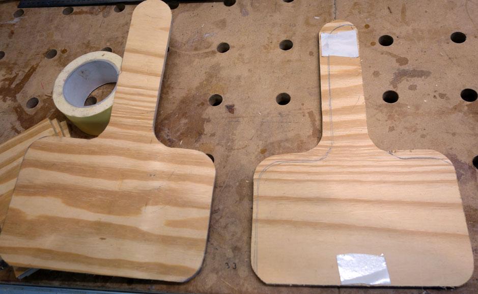 Mittels doppelseitigem Klebeband werden die beiden Hälften zum Schleifen zusammengeklebt