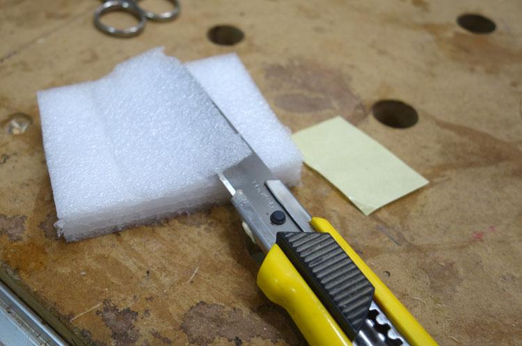 """Mittig wird mittels Stanlymesser ein """"Bauch"""" ausgeschnitten"""