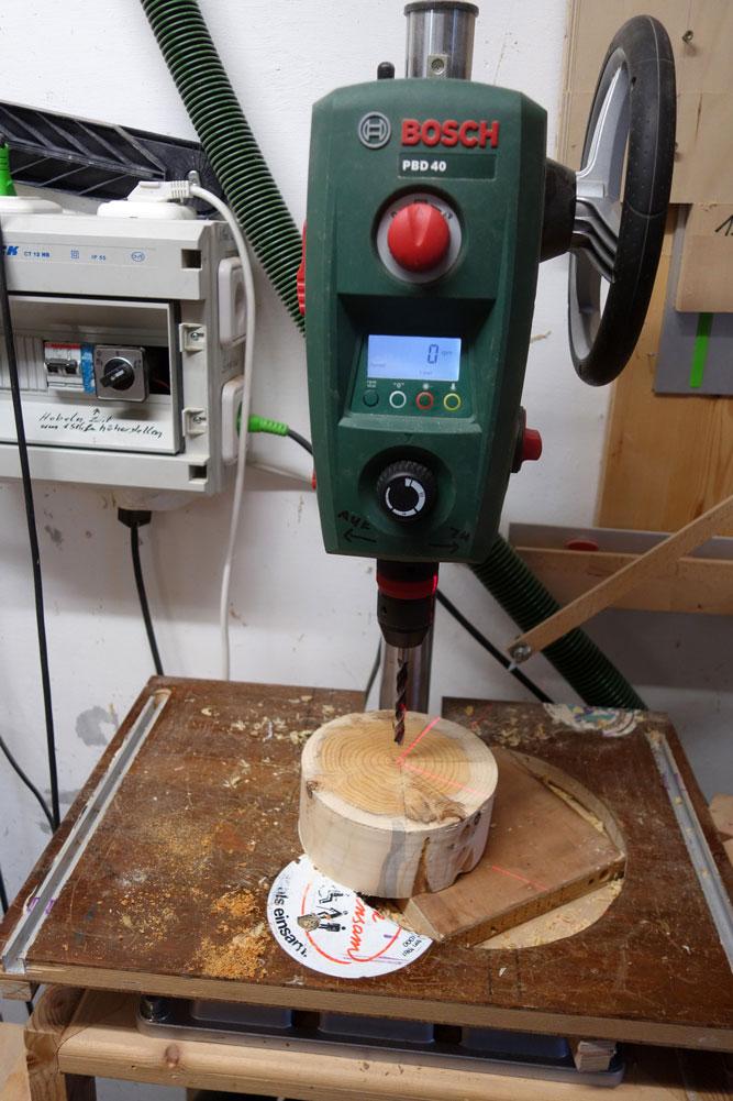 Ein 8mm Loch soll für die Schraubenaufnahme an der Drechselbank gebohrt werden