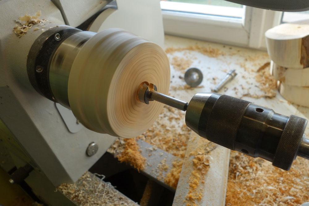 Mittels 25mm Forstnerbohrer wird das Loch für die Stange in der Mitte gebohrt