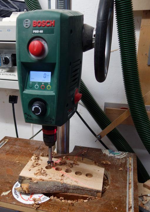 Mittels 20er Forstnerbohrer werden die Löche 10mm tief eingebohrt