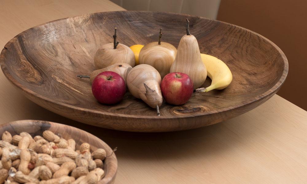 Große Walnussschüssel (66cm) mit gedrechseltem Obst