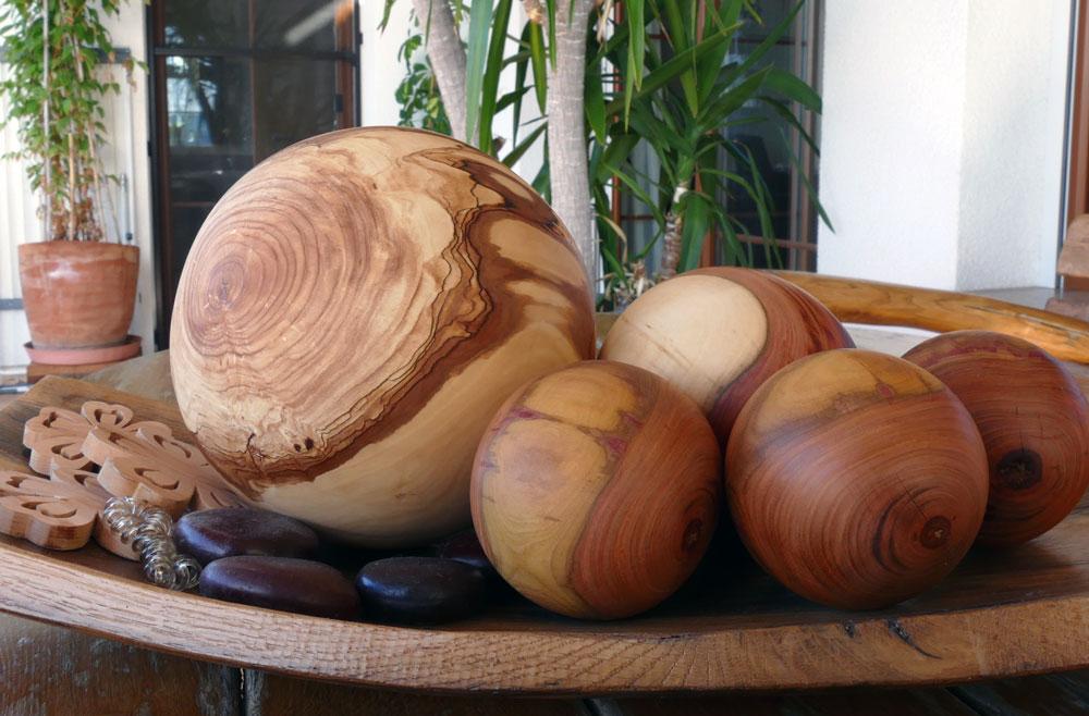 Holzkugeln aus Apfel (17cm), Marillen (8cm) und Zwetschge (12cm)