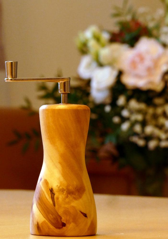 Muskatmühle Muskatreibe aus Apfelholz