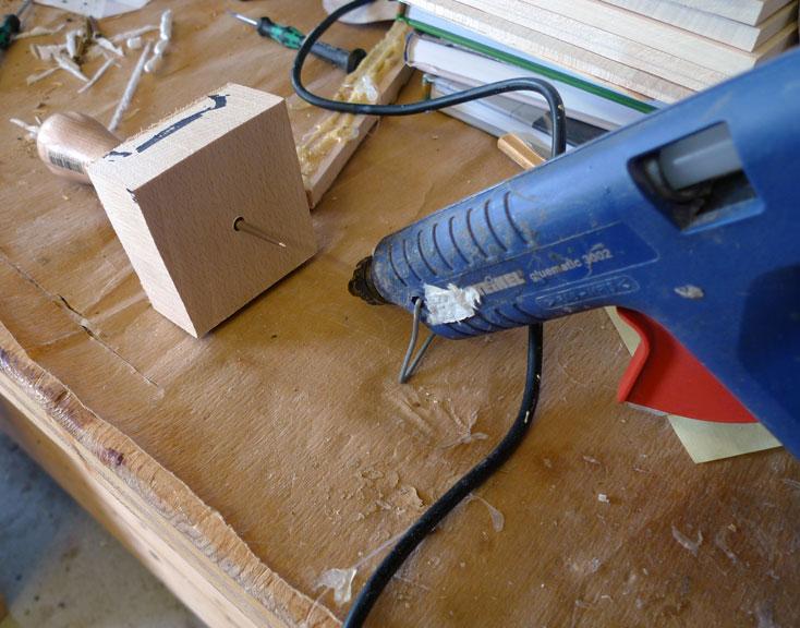 Heißklebepistole vorbereiten um dann den Kleber auf das Blindholz aufzubringen