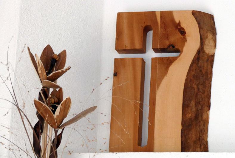 Gefrästes Kreuz aus Zirbenholz