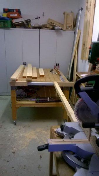 GB2-22-Vorbereitung, um die Bretter auf 750mm Länge zu sägen für Kopf- und Fußteil
