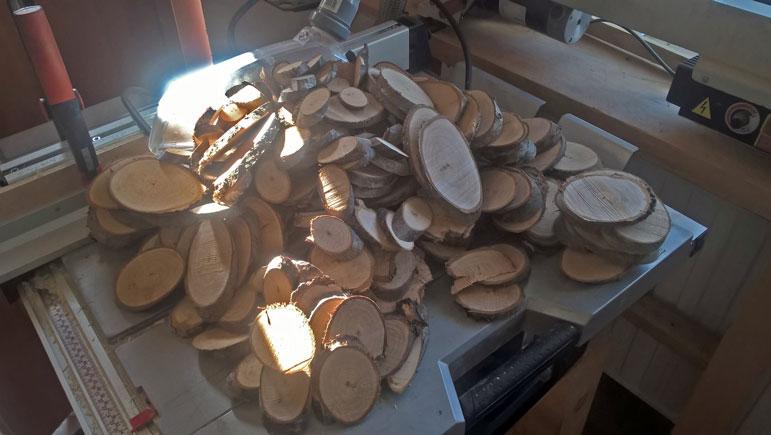 Mit diesen ovalen Astscheiben müsste das Auslangen zu finden sein :)
