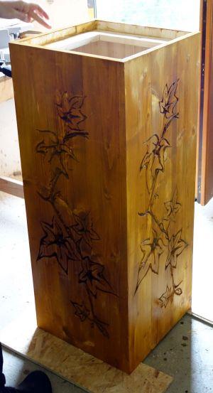Fertig gebeizte Holzsäule
