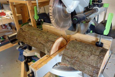 Das dunkle Holz wird von einem Plaumenstamm genommen