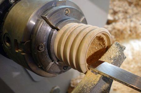 Mit dem Flachmeisel einen Rand mit ca. 6mm Tiefe einstechen