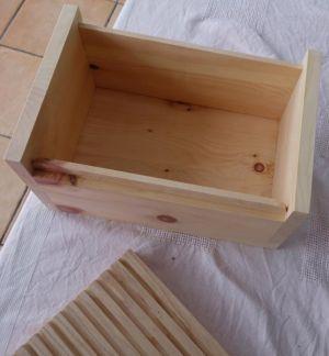 Fertige Brotdose aus Zirbenholz mit Schneidbrett