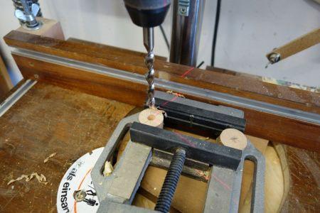 Loch mittig im Knopf bohren