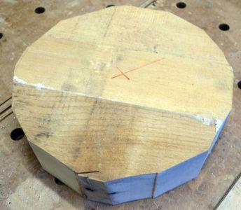 Einen Kreis mit 15cm Radius mittels Zirkel angezeichnet und mit der Bandsäge grob ausgeschnitten
