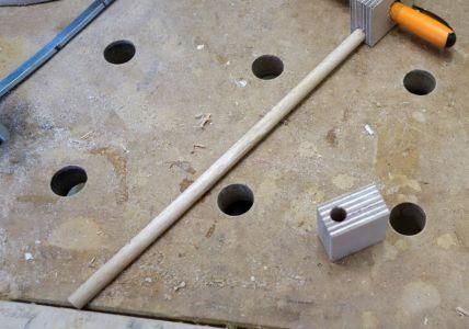 8mm Loch in Nagelblock außermittig gebohrt