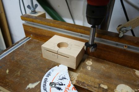 Es werden zwei Blöcke benötigt, wo die Tischplatte später mittig befestigt werden soll.