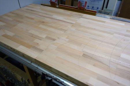 Zusammengesteckte Tischflächen nun für das Schleifen vorbereiten