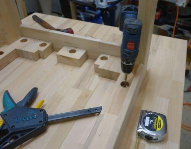 Positionslöcher live mittels 8mm Holzbohrer anbohren