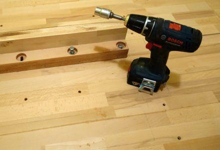 Erstes Teil mittels Sechskant-Holzschrauben befestigen