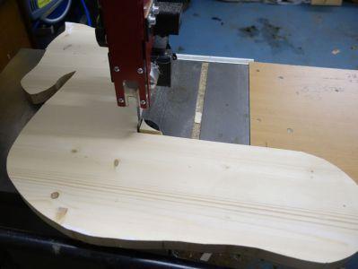 """Damit die Sitzfläche auch perfekt passt, ist noch der """"Nacken"""" rechteckig auszuschneiden"""