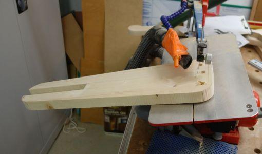 Die Rückenlehnen sollen in einer 75° Neigung angebracht werden, deshalb wurde der Tisch der Dekupiersäge entsprechend verstellt.